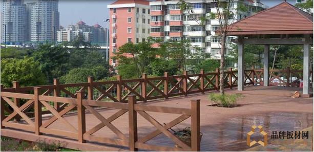 奥多木塑园林景观应用——木塑护栏、木塑凉亭 木塑,即木塑复合材料,是国内外近年蓬勃兴起的一类新型复合材料,因其应用灵活且高环保,可广泛运用于木材加工的任何领域。近年来,随着我国建设生态低碳城市的不断推进,园林绿化行业高速发展,园林景观中木塑的运用已逐渐成为趋势。 国外木塑产业以北美为代表,北美地区是世界上木塑复合材料发展最快和用量最大的地区,近10多年来,美国木塑市场的增长率都保持在10%以上。我国木塑产业的发展始于上世纪90年代,可以说是一个非常年轻的产业,但其发展却极为迅速。
